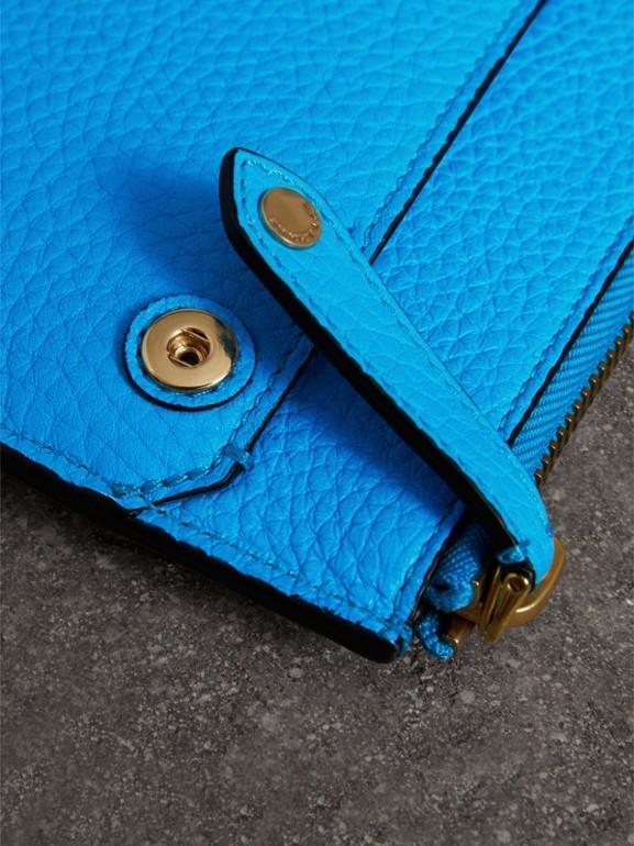 Pasta para documentos de couro em relevo (Azul Neon) - Homens | Burberry - cell image 1