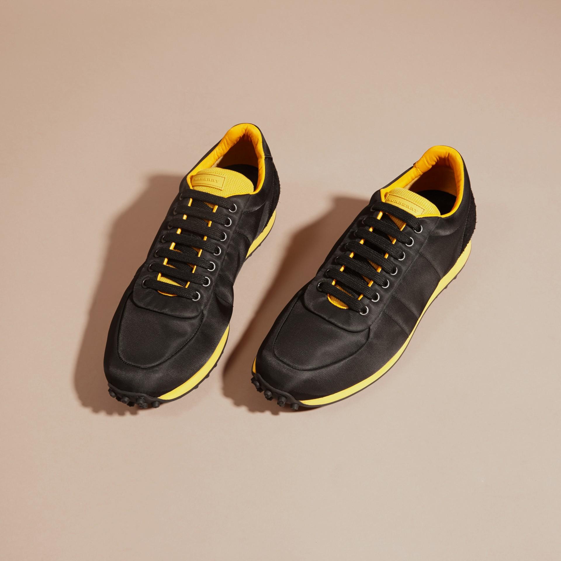 Nero/giallo bruciato Sneaker tecniche con finiture effetto texture Nero/giallo Bruciato - immagine della galleria 3