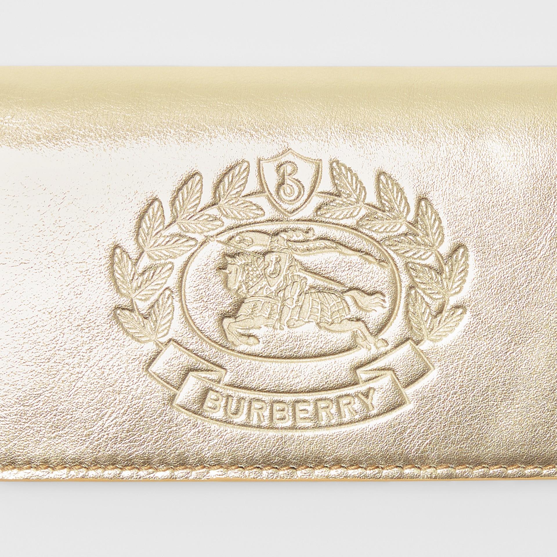 Kleine Brieftasche aus Metallic-Leder mit geprägtem Ritteremblem (Goldfarben) - Damen | Burberry - Galerie-Bild 1