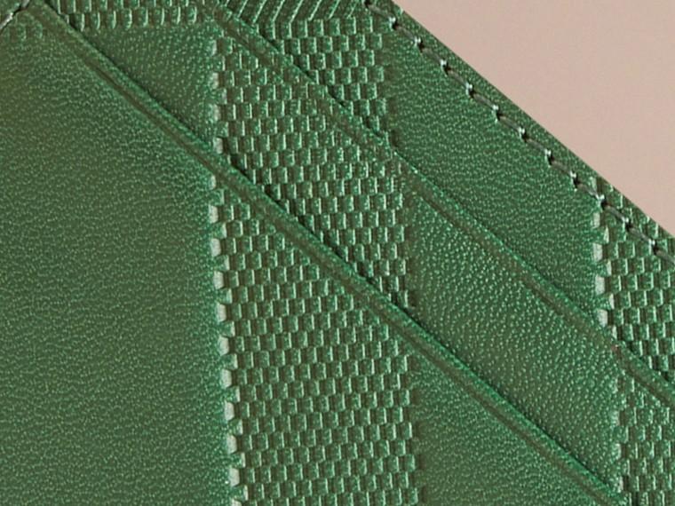 Bright forest green Porta-cartões de couro com padrão xadrez em relevo - cell image 1