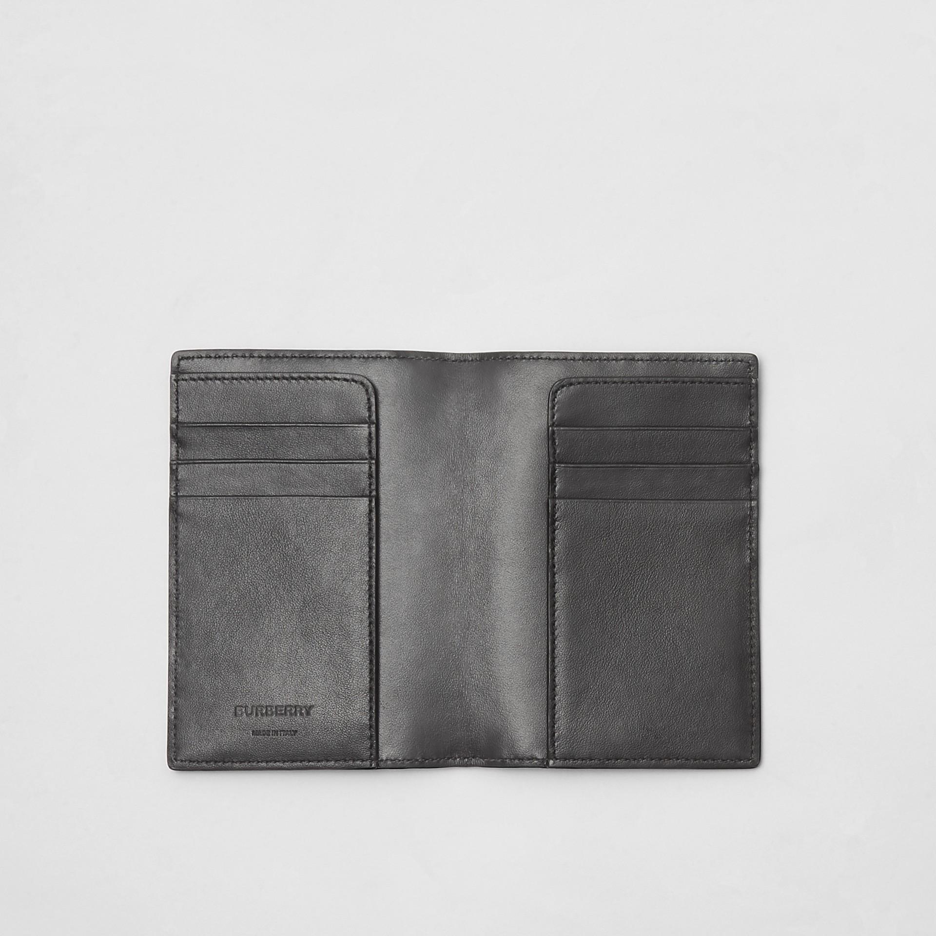 モノグラムレザー パスポートホルダー (ブラック) - メンズ | バーバリー - ギャラリーイメージ 2