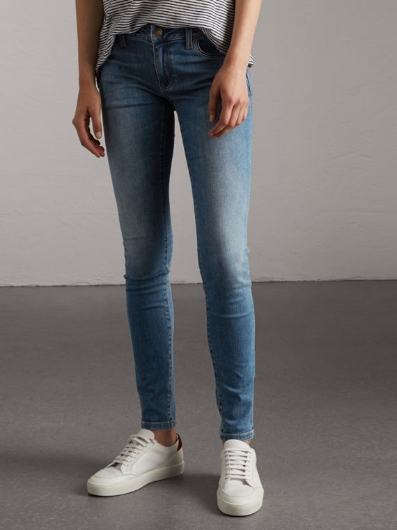 Jeans attillati a vita bassa con lavaggio vintage (Indaco Medio)