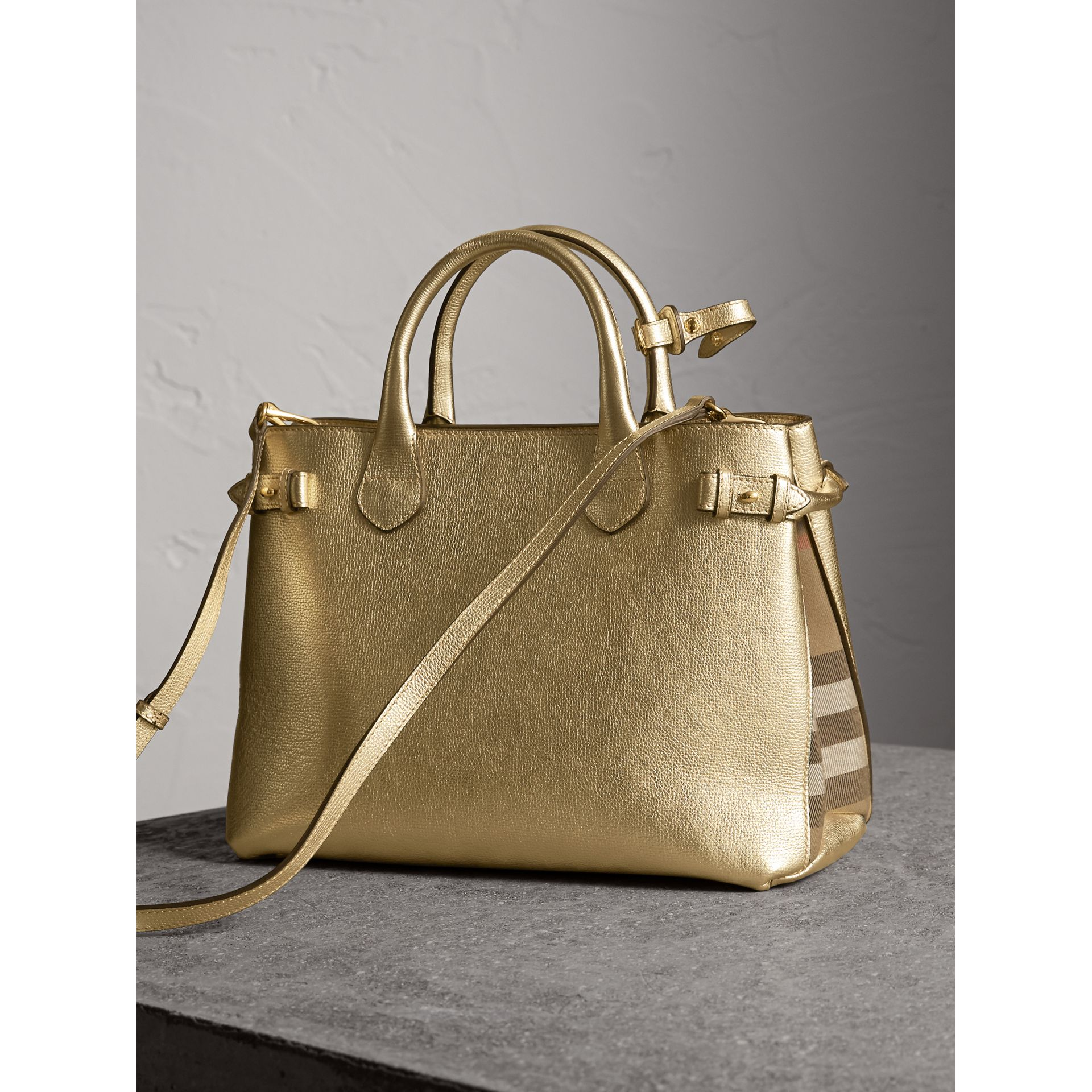 Sac The Banner moyen en cuir et coton House check (Or) - Femme | Burberry - photo de la galerie 5