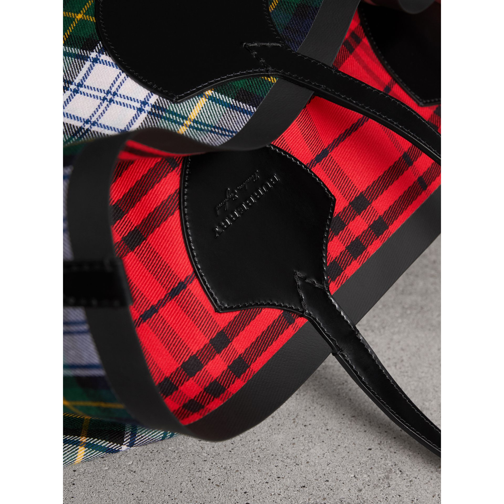The Giant Reversible Tote in Tartan Cotton in Ink Blue/military Red | Burberry United Kingdom - gallery image 1
