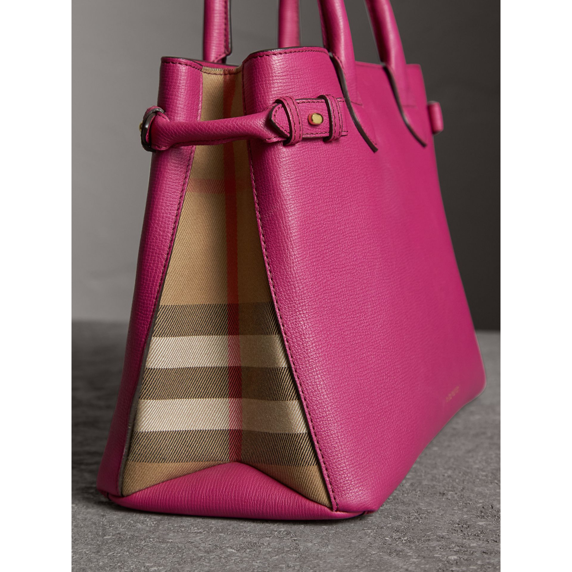 The Banner media in pelle con motivo House check (Fucsia Brillante) - Donna | Burberry - immagine della galleria 6