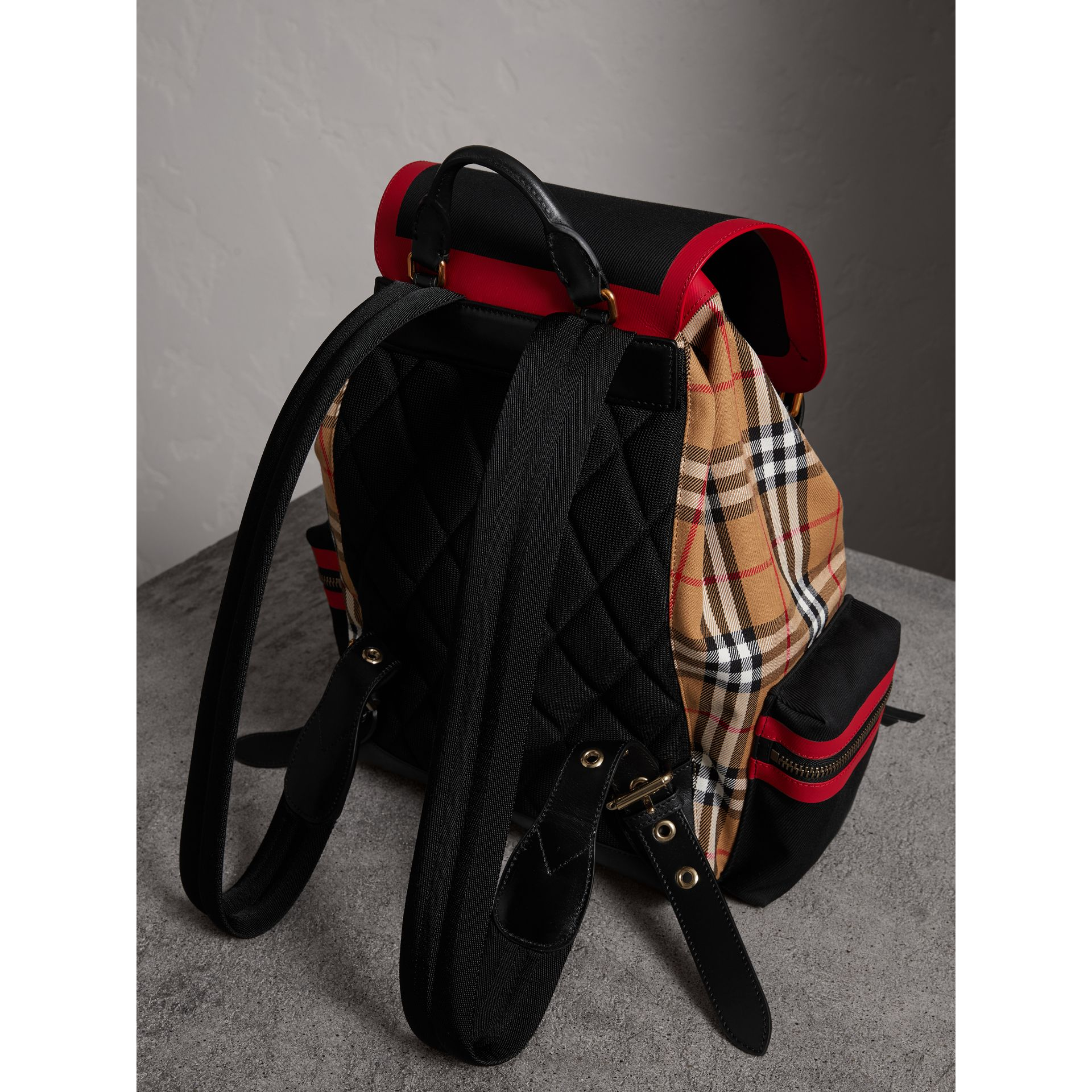 Grand sac The Rucksack en cuir et toile Vintage check (Jaune Antique) | Burberry Canada - photo de la galerie 3