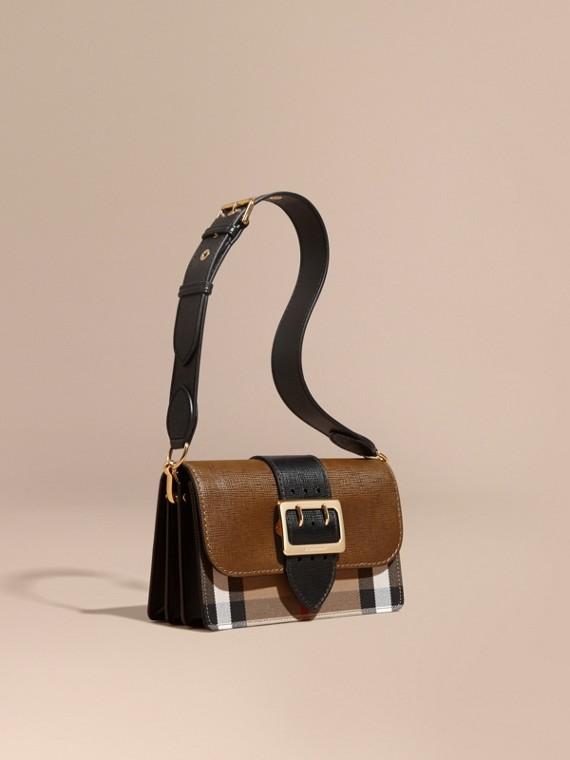 The Medium Buckle Bag in House Check und strukturiertem Leder