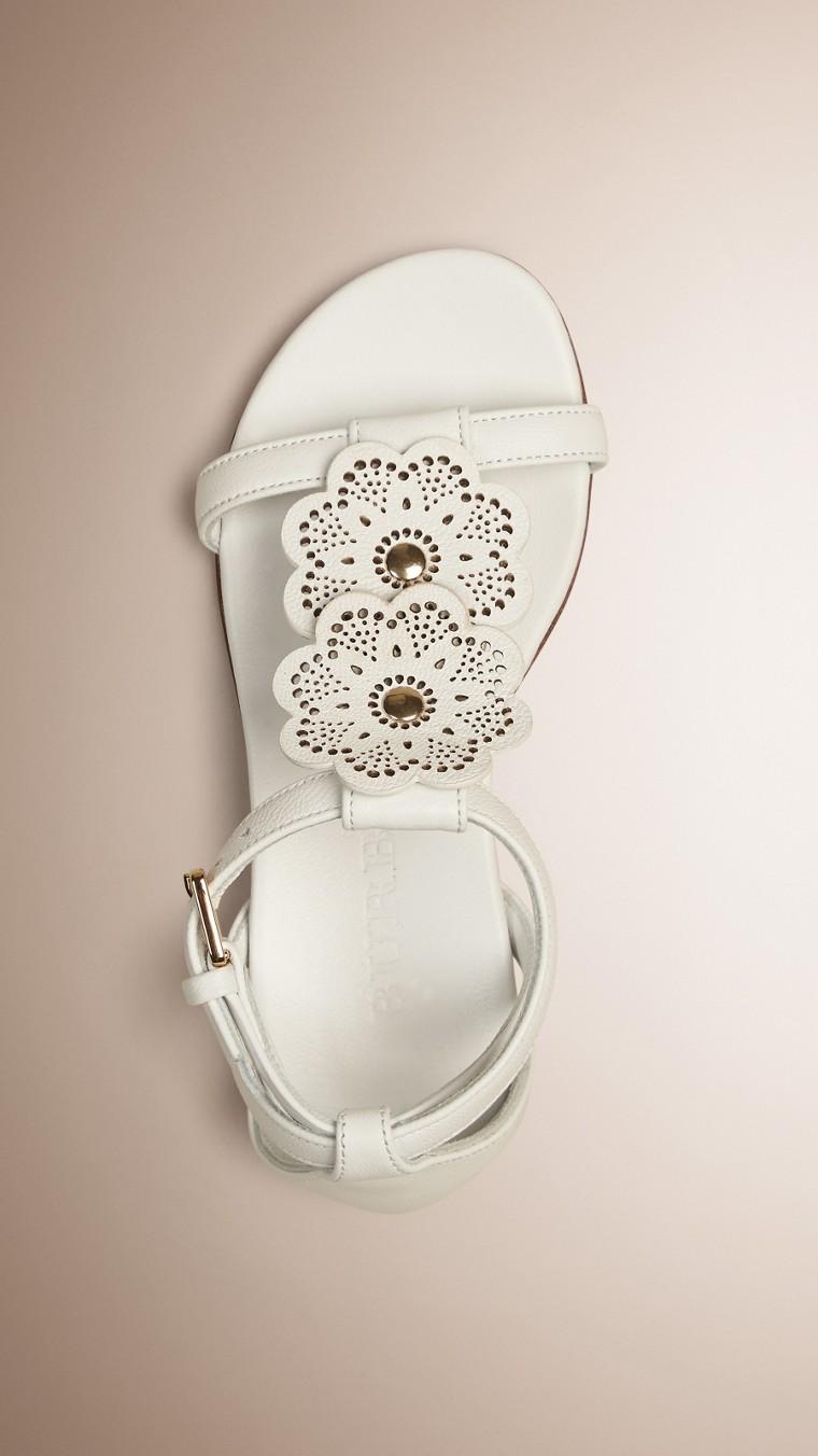 Branco ótico Sandálias de couro com detalhe floral - cell image 1