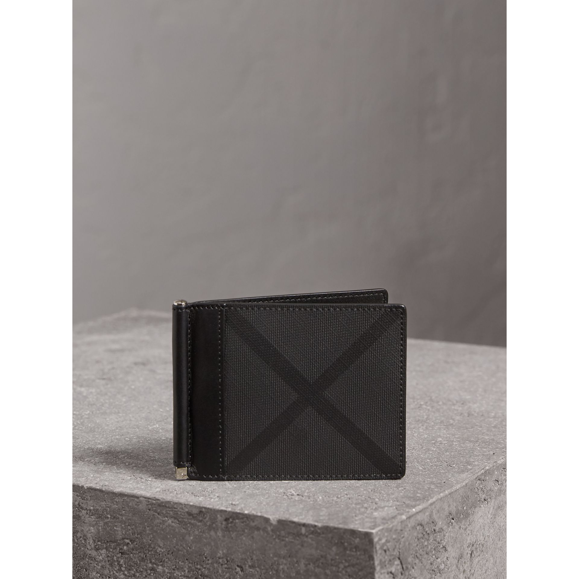 London Check Money Clip Wallet in Charcoal/black - Men | Burberry Singapore - gallery image 4