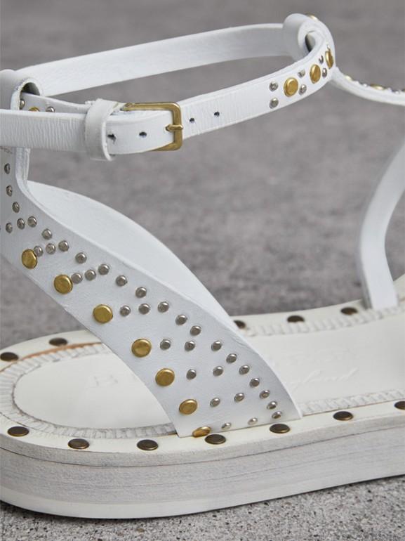 Sandálias gladiador de couro com rebites (Branco Óptico) - Mulheres | Burberry - cell image 1