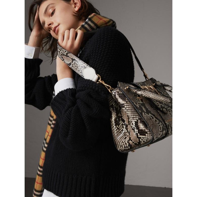 Burberry - Petit sac tote The Buckle en python - 7