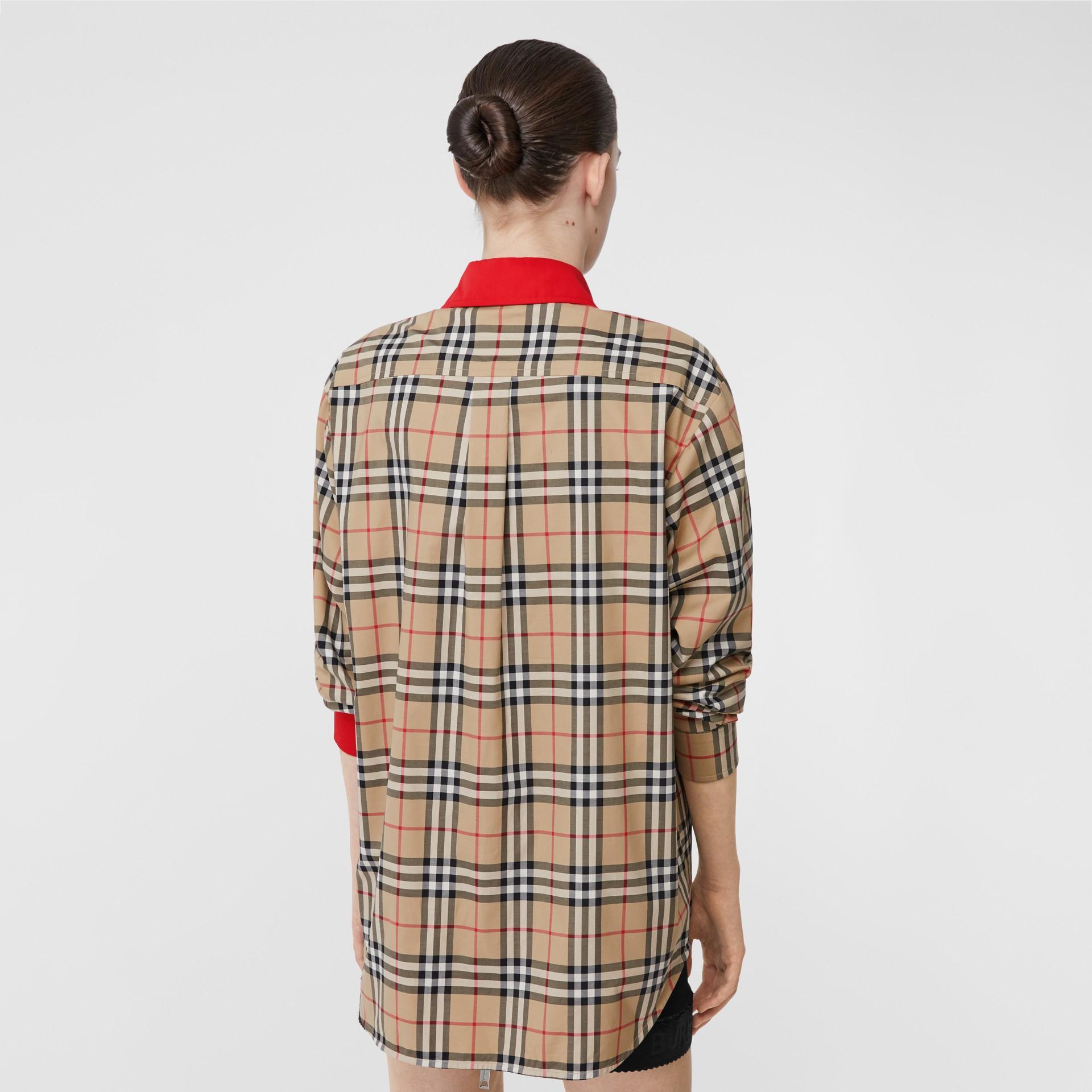 Camisa en algodón elástico a cuadros Vintage Checks con detalles a contraste (Beige) - Mujer | Burberry - imagen de la galería 2