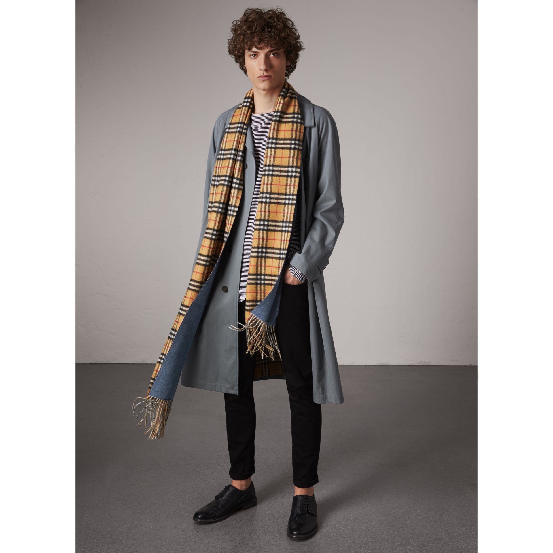 Long Reversible Vintage Check Double-faced Cashmere Scarf in Stone Blue | Burberry Australia - gallery image 4