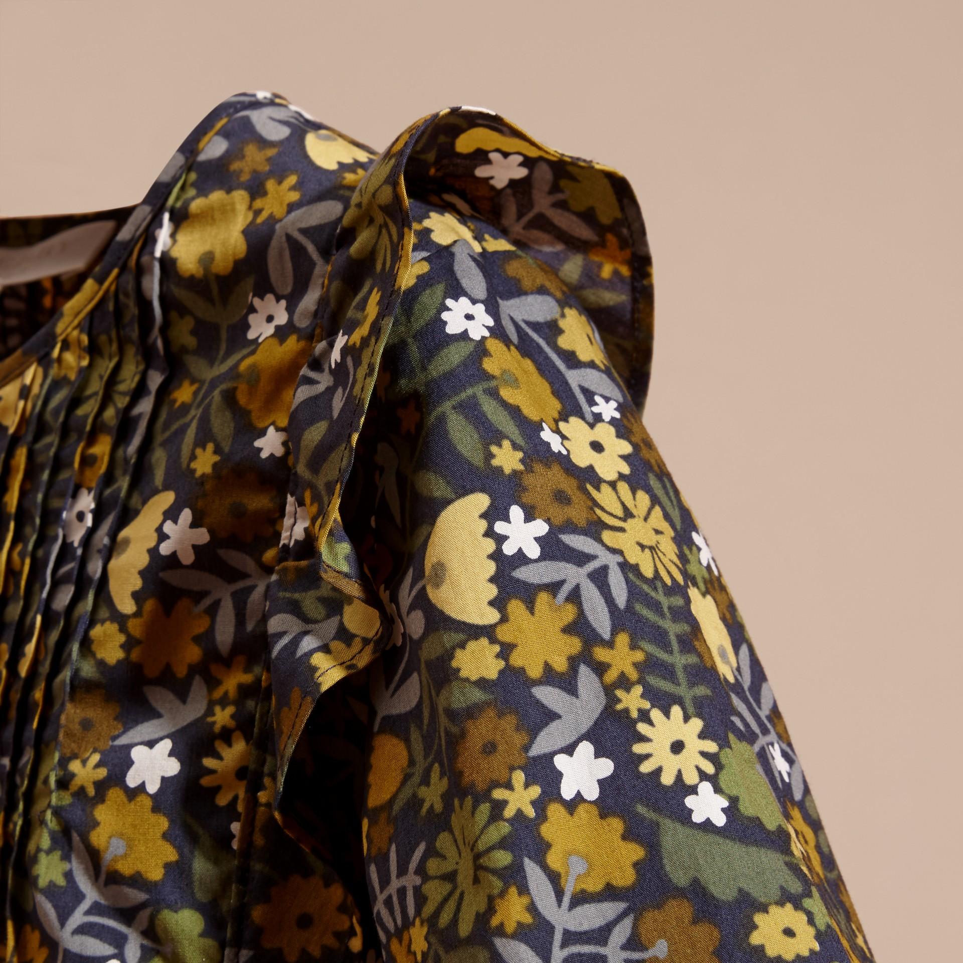 淡灰茶晶色 褶飾細節花朵印花棉質襯衫 淡灰茶晶色 - 圖庫照片 2