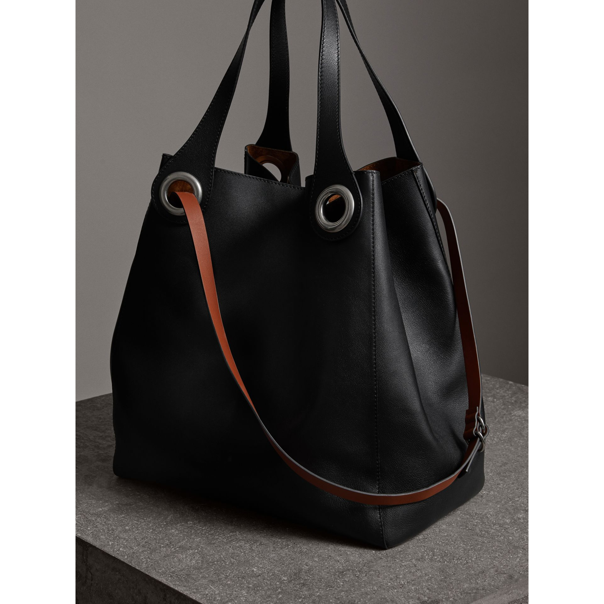 The Grommet Detail Leather Tote in Black | Burberry Canada - gallery image 7