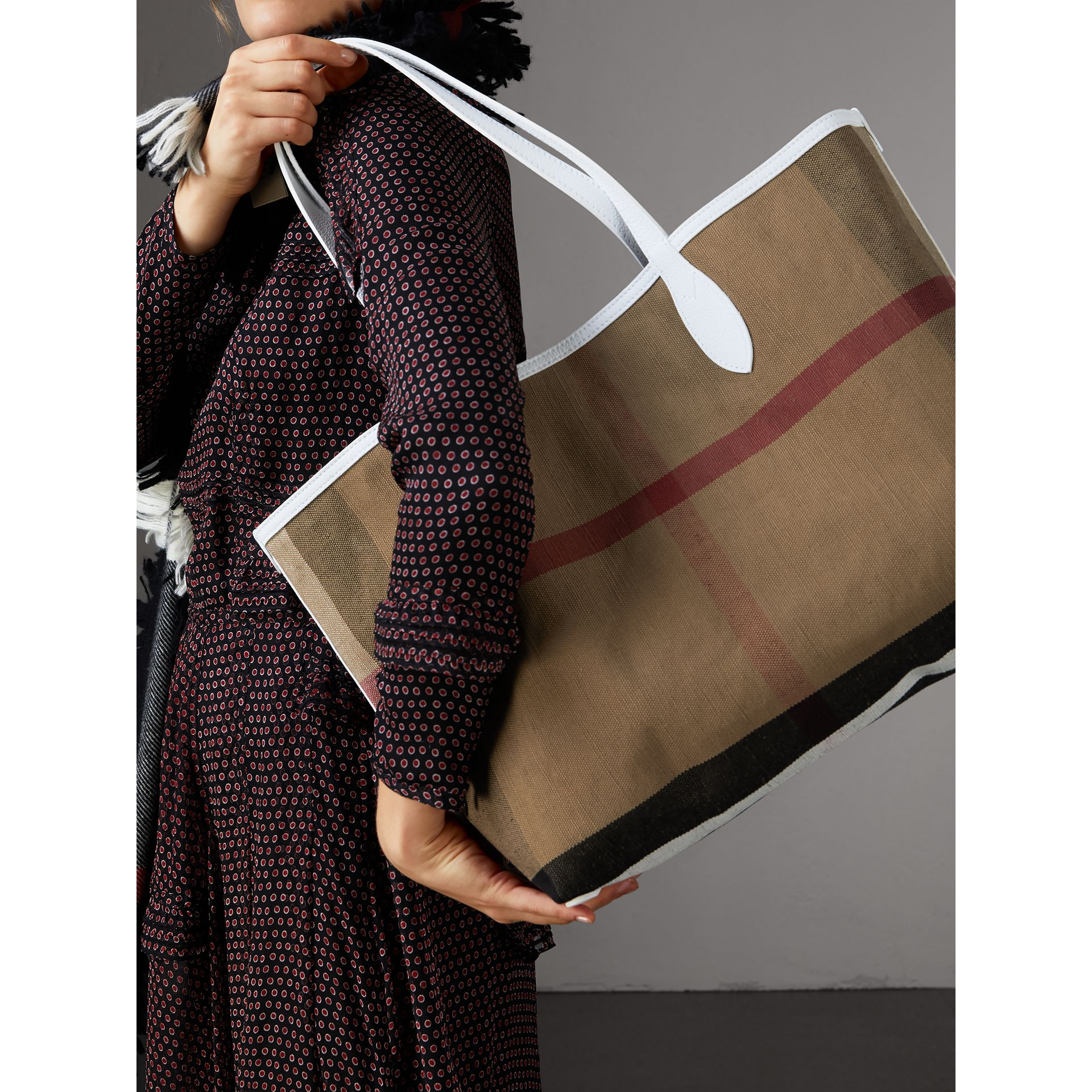 The Medium Doodle Tote in wendbarem Design (Weiss) | Burberry - Galerie-Bild 4