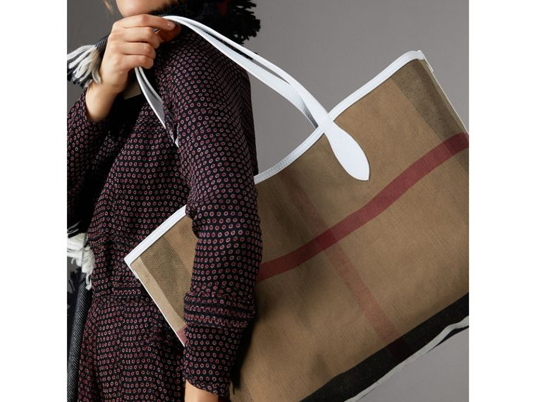 The Medium Doodle Tote in wendbarem Design (Weiss) | Burberry - cell image 4