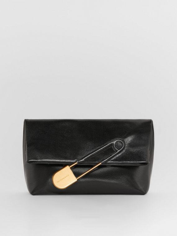 The Medium Pin Clutch aus Lackleder (Schwarz)