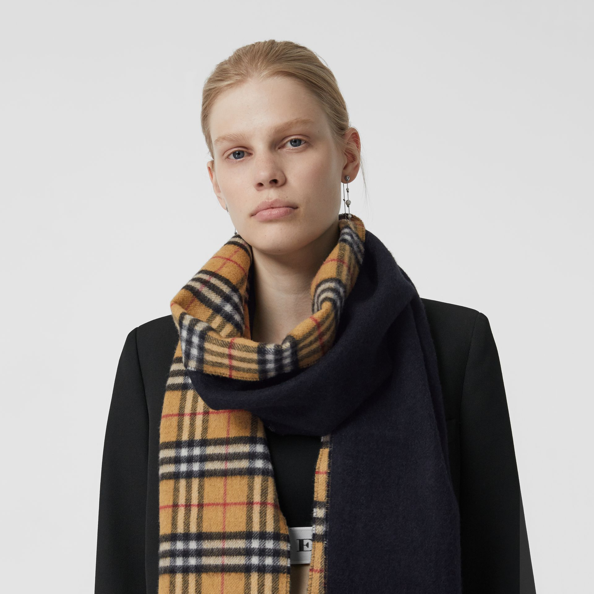Long Reversible Vintage Check Double-faced Cashmere Scarf in Blue Carbon | Burberry Australia - gallery image 4