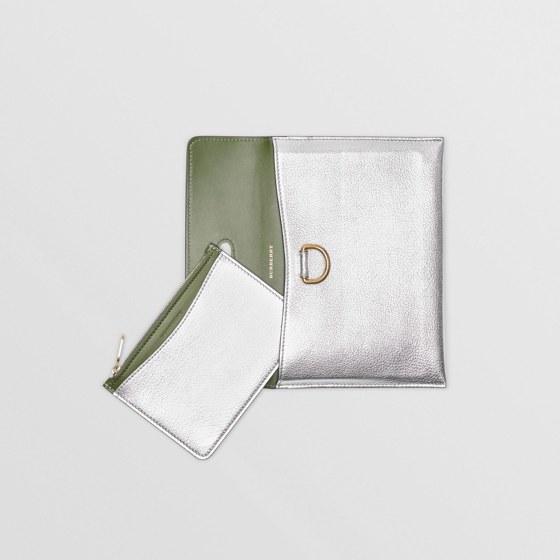 Trousse con portamonete in pelle metallizzata con cerniera e anello a D (Argento) - Donna | Burberry - immagine della galleria 6