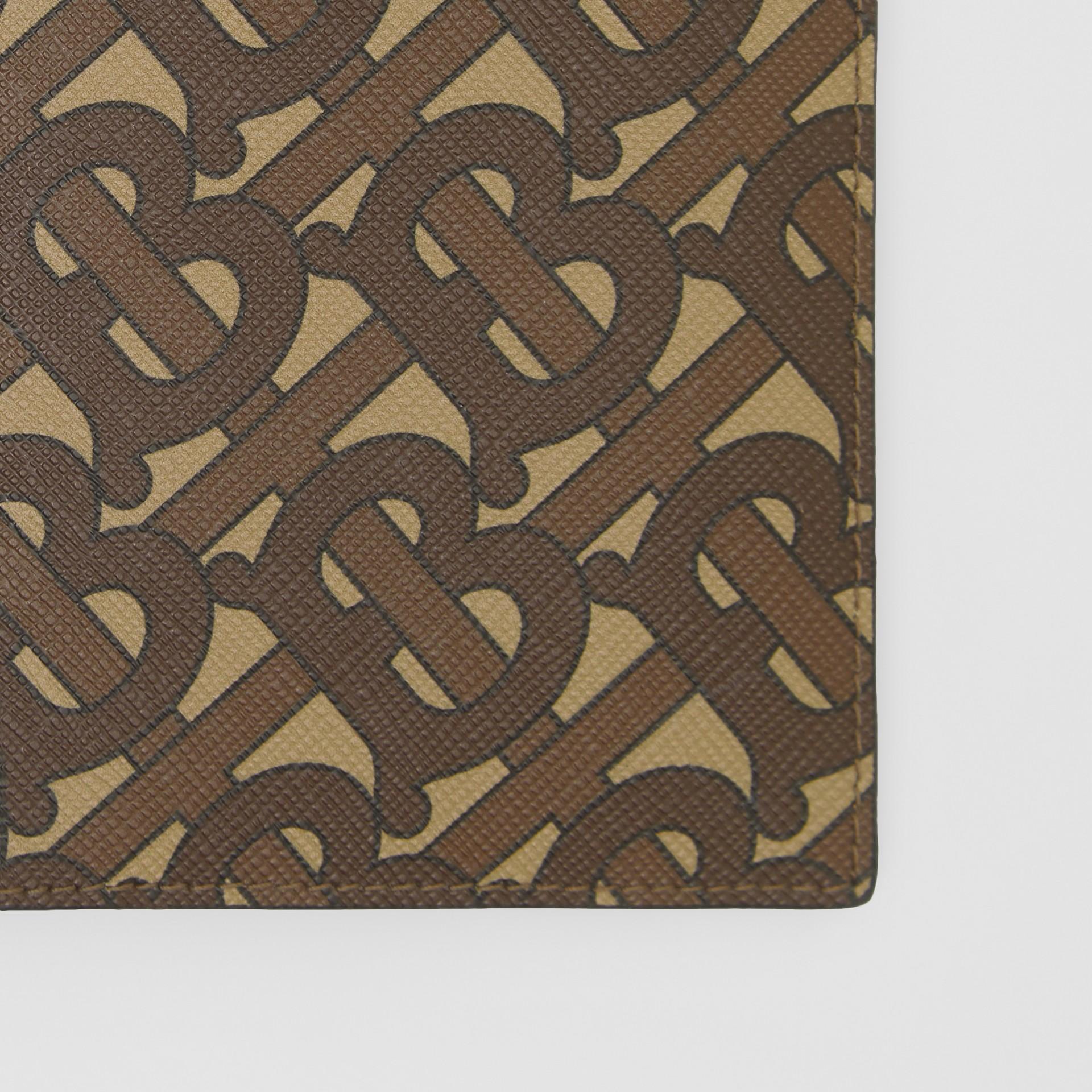 Porta-passaporte de lona ecológica com estampa de monograma (Castanho Couro) - Homens | Burberry - galeria de imagens 1
