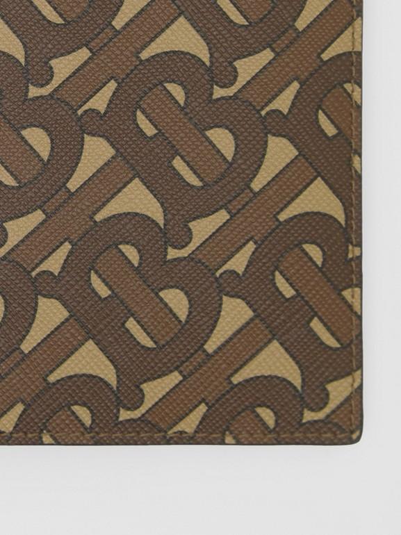 Porta-passaporte de lona ecológica com estampa de monograma (Castanho Couro) - Homens | Burberry - cell image 1