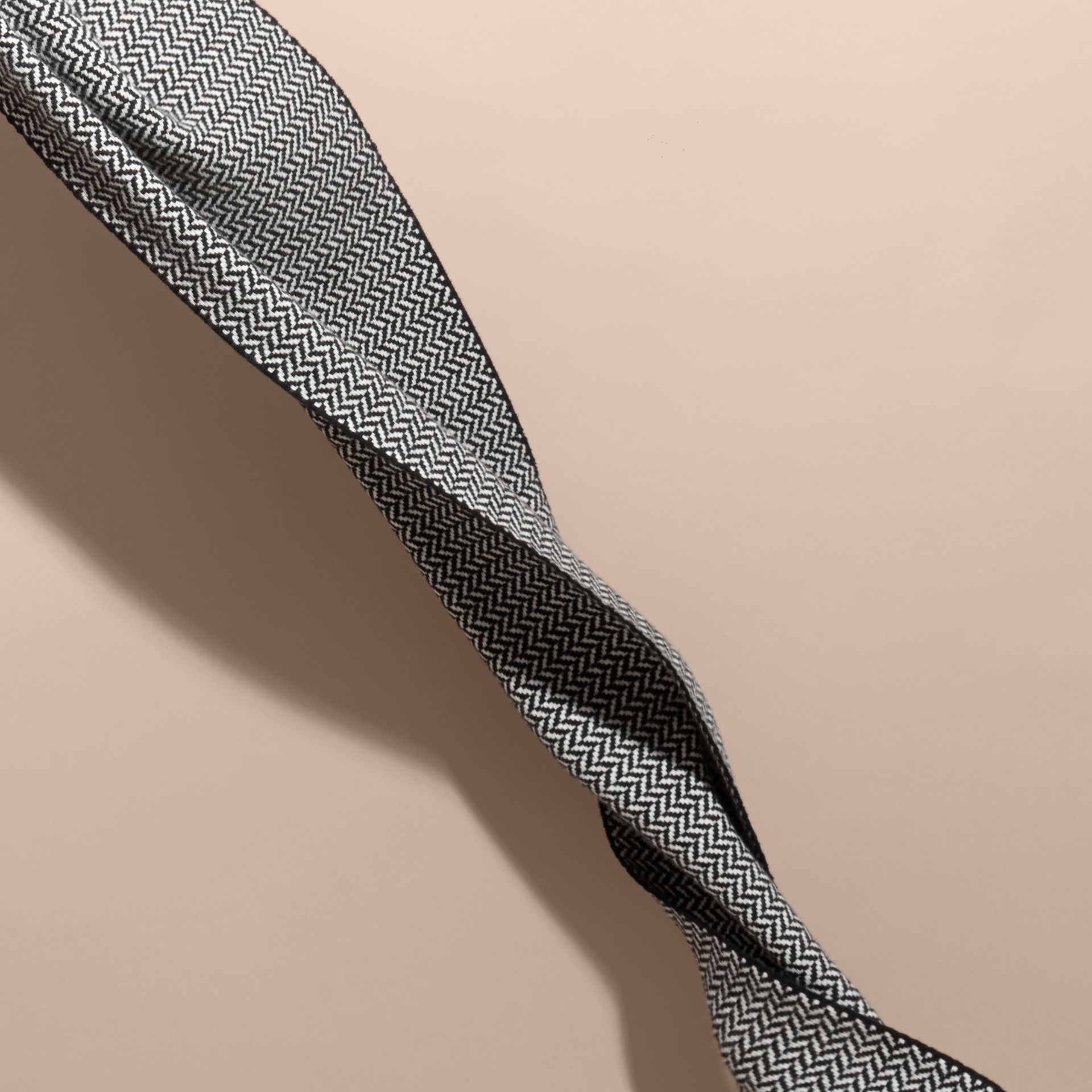 ブラック/ホワイト チャンキーヘリンボーン ウールカシミア スカーフ - ギャラリーイメージ 4