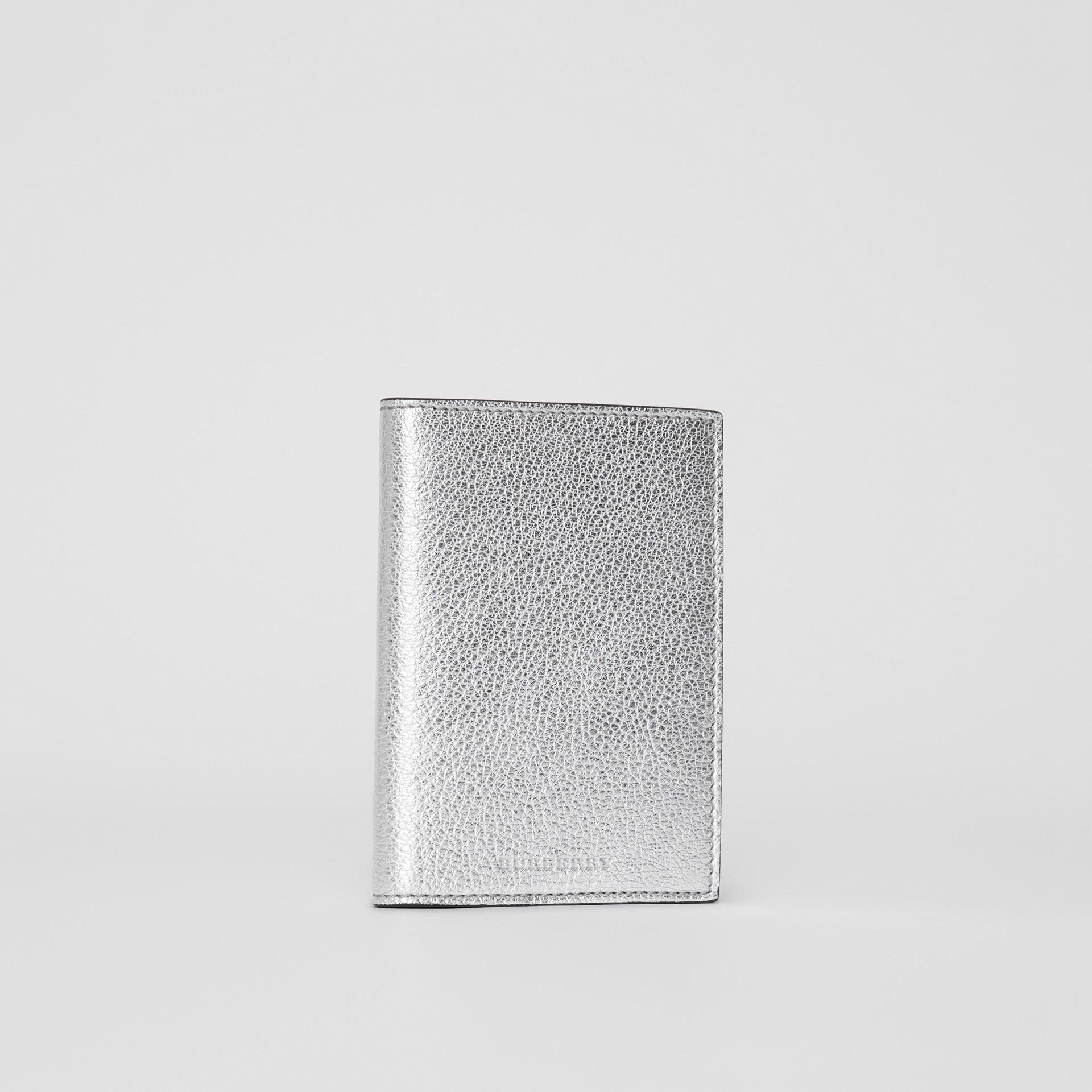 Porta-passaporte de couro metalizado (Prateado) - Mulheres | Burberry - galeria de imagens 3