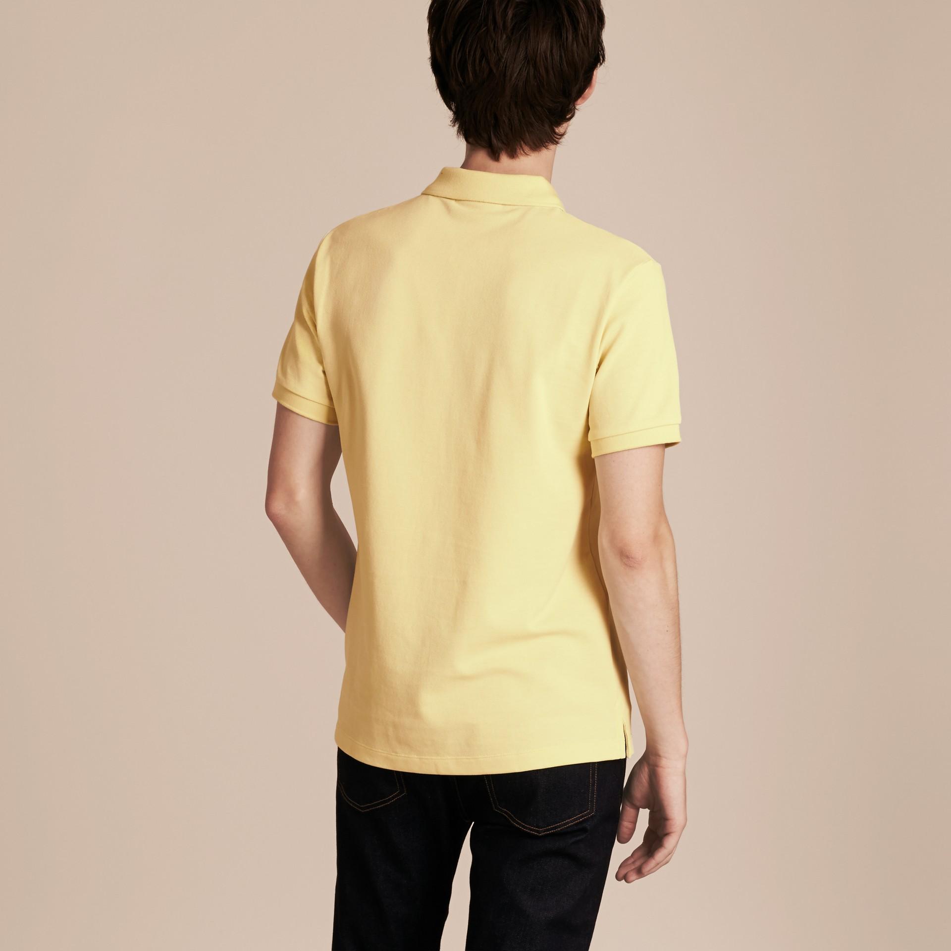 Camisa polo de algodão piquê com tira de botões xadrez (Amarelo Baunilha) - Homens | Burberry - galeria de imagens 3