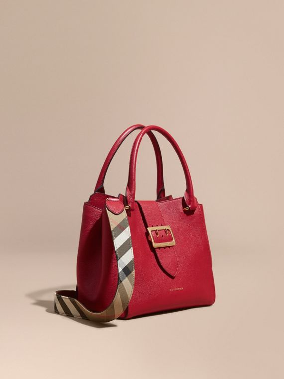 Sac tote The Buckle medium en cuir grainé Rouge Parade