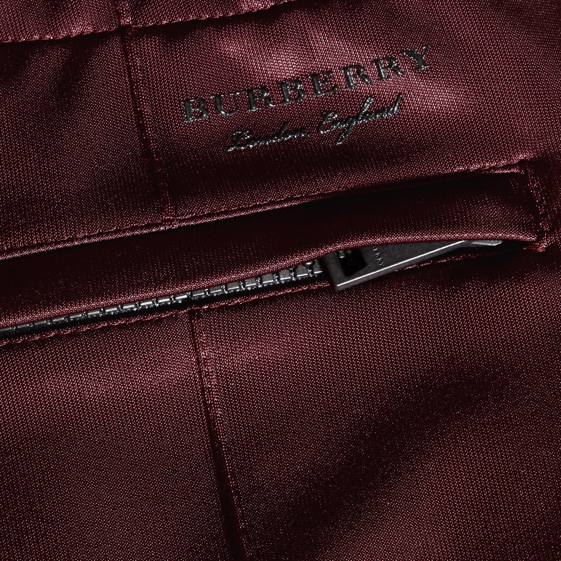 Viola granata Pantaloni tuta in tessuto lucido Viola Granata - immagine della galleria 2