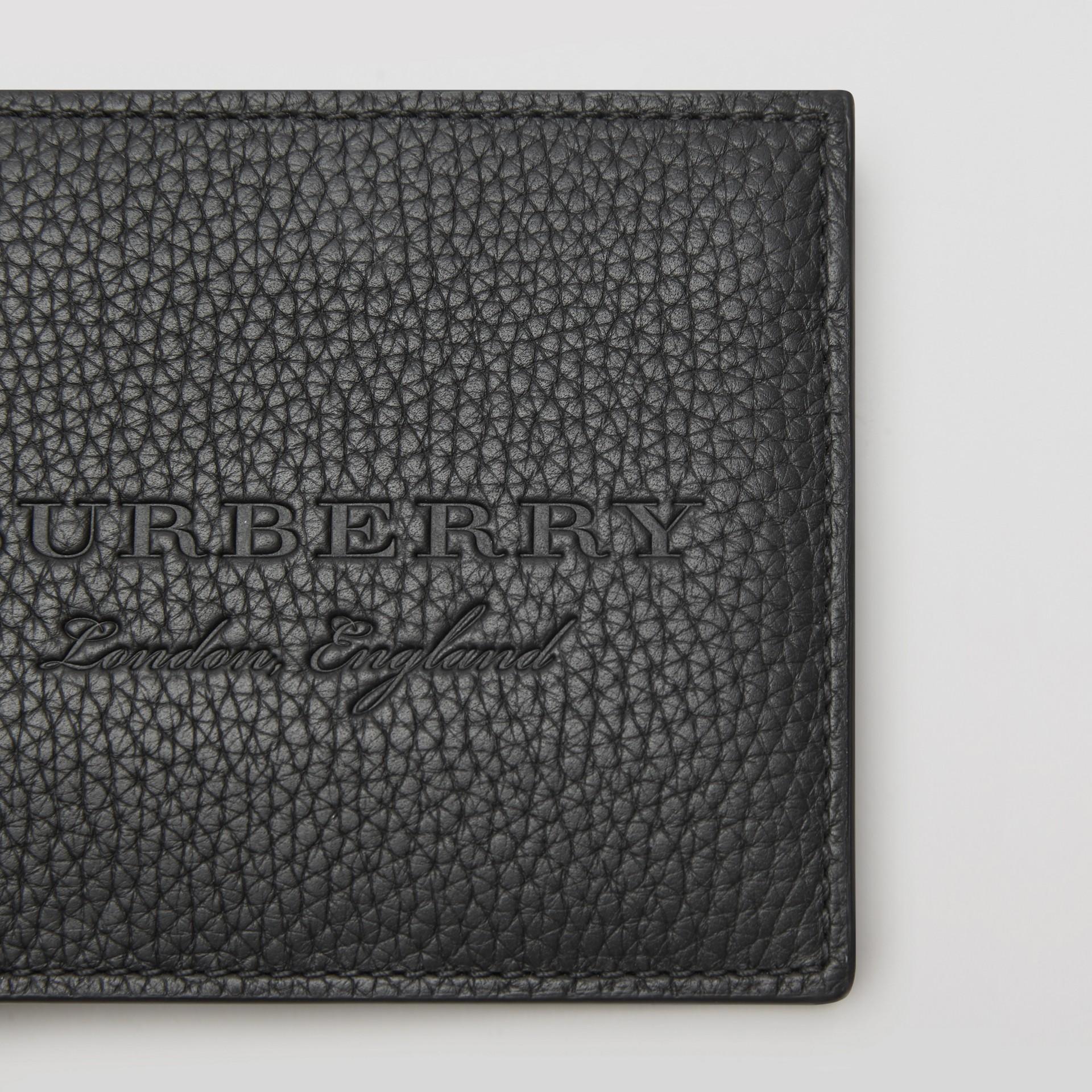 Carteira dobrável de couro texturizado (Preto) - Homens | Burberry - galeria de imagens 1