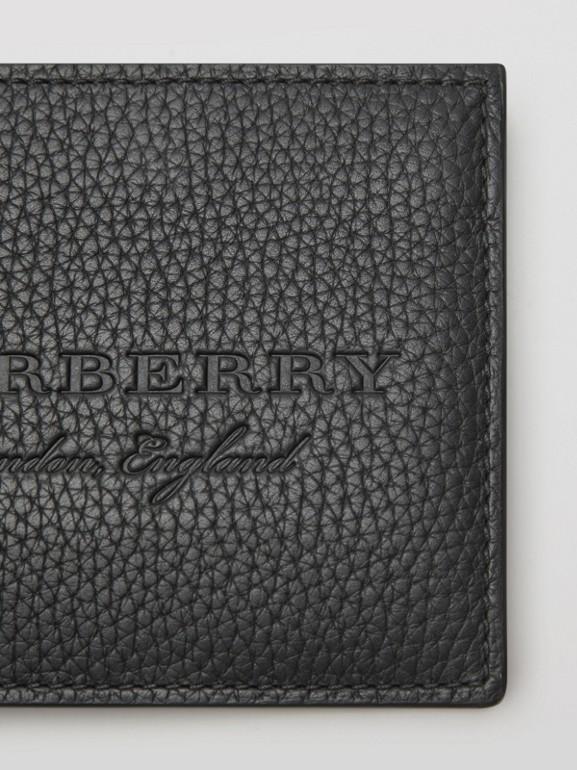 Carteira dobrável de couro texturizado (Preto) - Homens | Burberry - cell image 1
