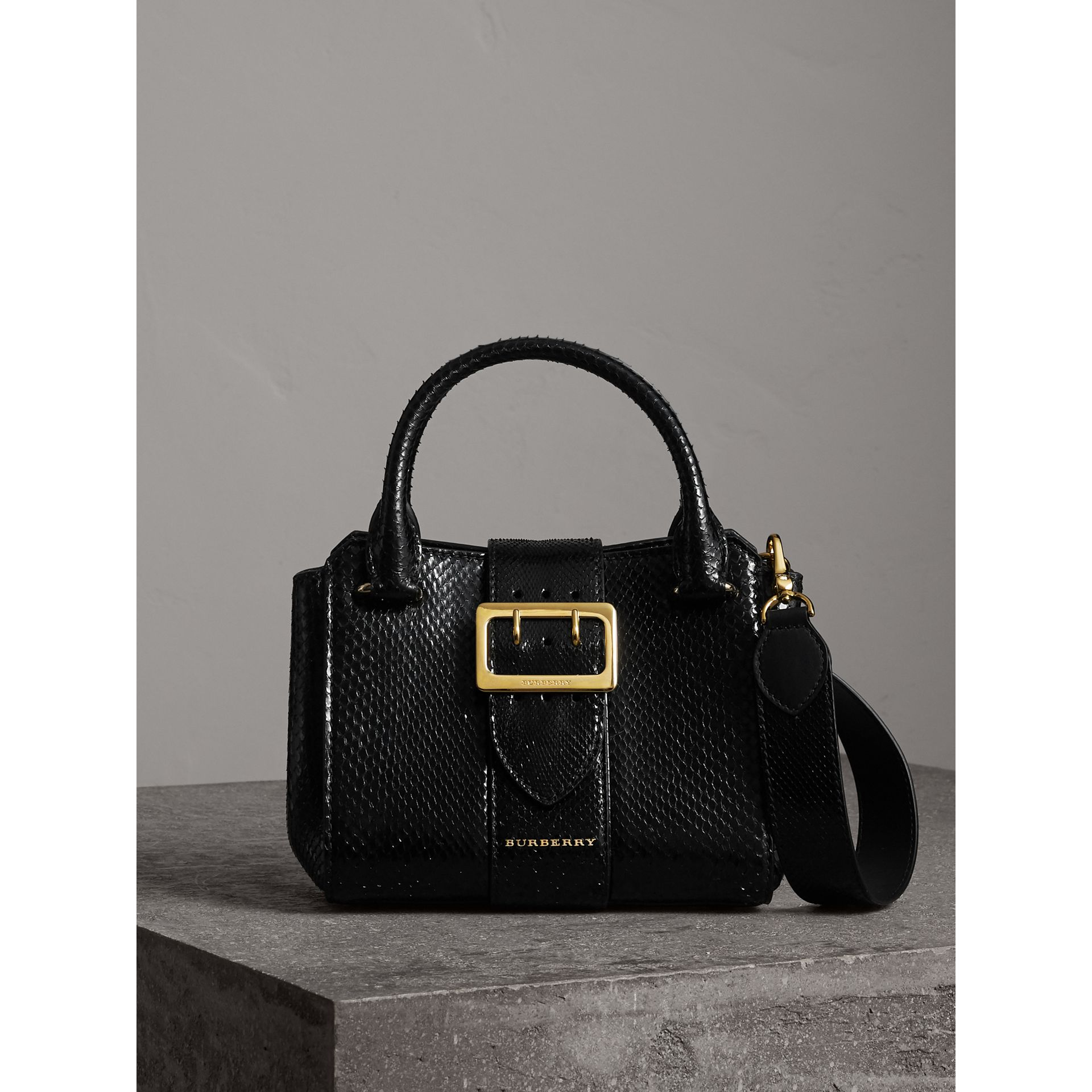 The Small Buckle Tote aus Pythonleder (Schwarz) - Damen | Burberry - Galerie-Bild 0
