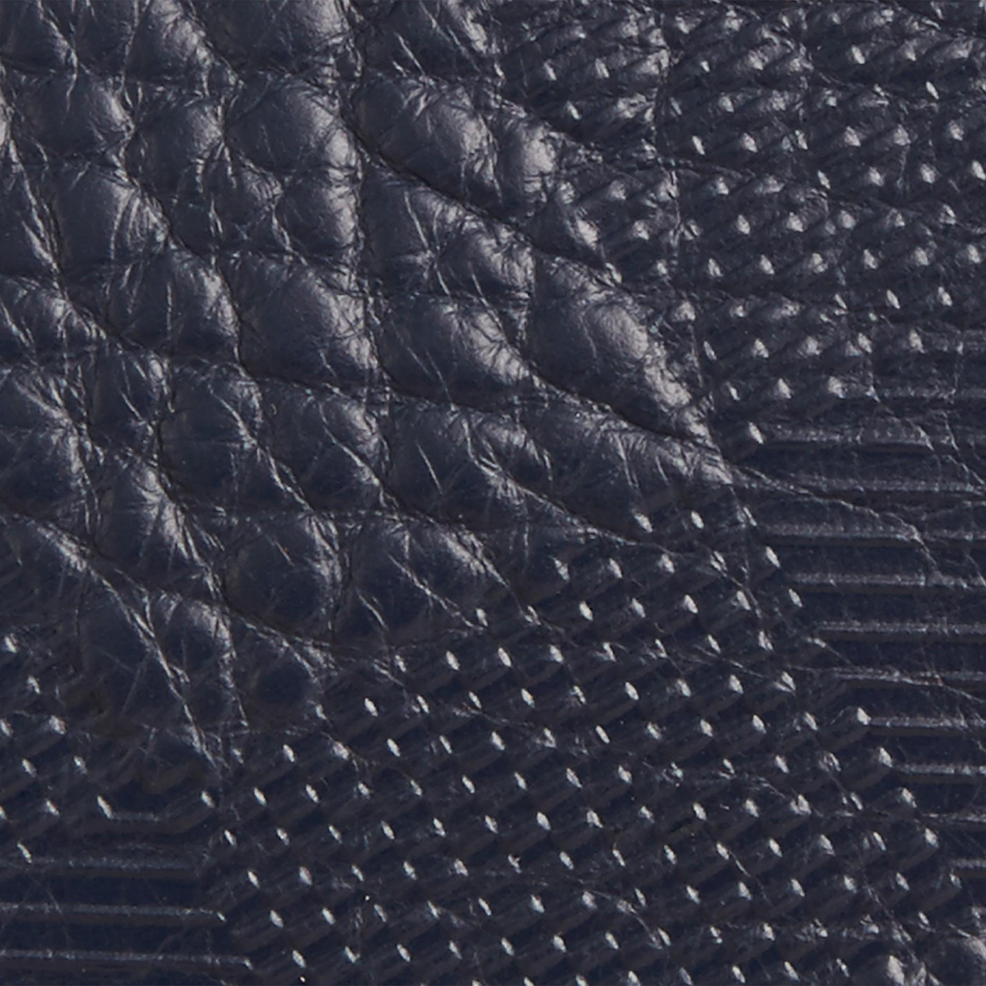 Blu carbonio Pochette in pelle con motivo check in rilievo Blu Carbonio - immagine della galleria 2