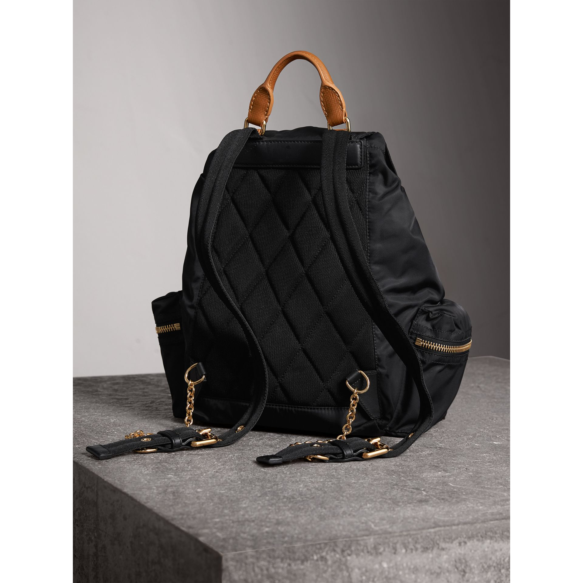 Sac The Rucksack medium en nylon technique avec appliqué à motif Pallas Heads (Noir) - Femme | Burberry - photo de la galerie 4