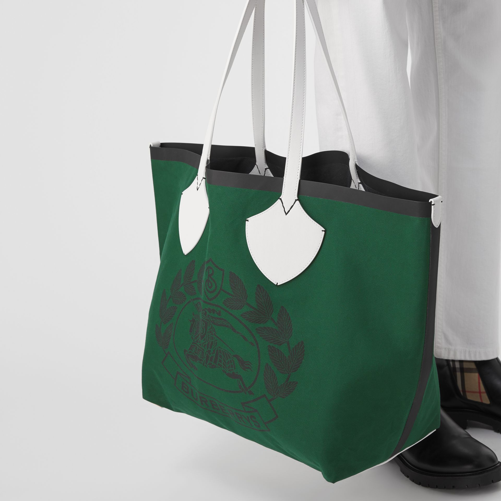 The Giant Tote in Archive Crest Cotton in Dark Racing Green | Burberry - gallery image 3