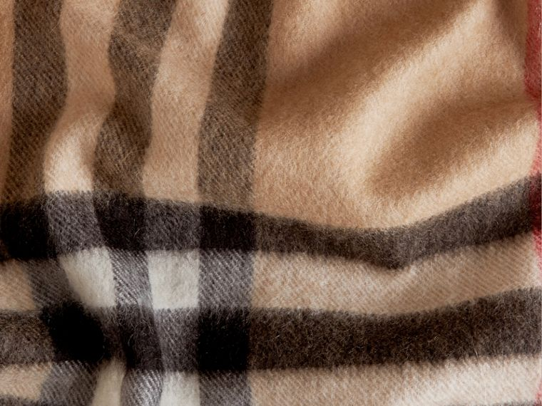 The Classic Cashmere Scarf in Check in Camel - cell image 4