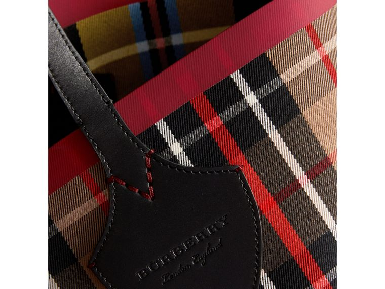 Borsa tote The Giant media double face in cotone con motivo tartan (Caramello/giallo Lino) | Burberry - cell image 1