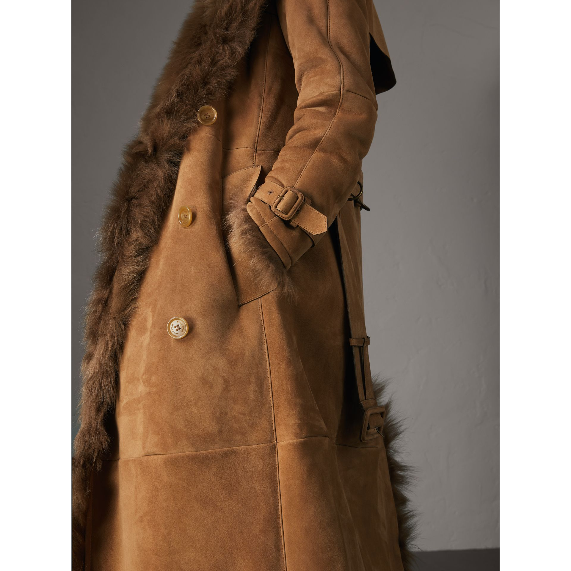 Trench coat in shearling (Cammello Scuro) - Donna | Burberry - immagine della galleria 5