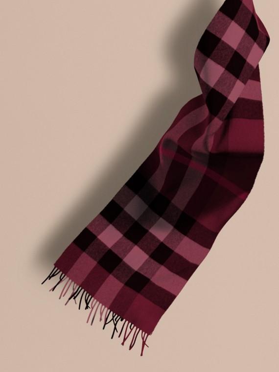 La grande écharpe classique en cachemire à motif check Prune