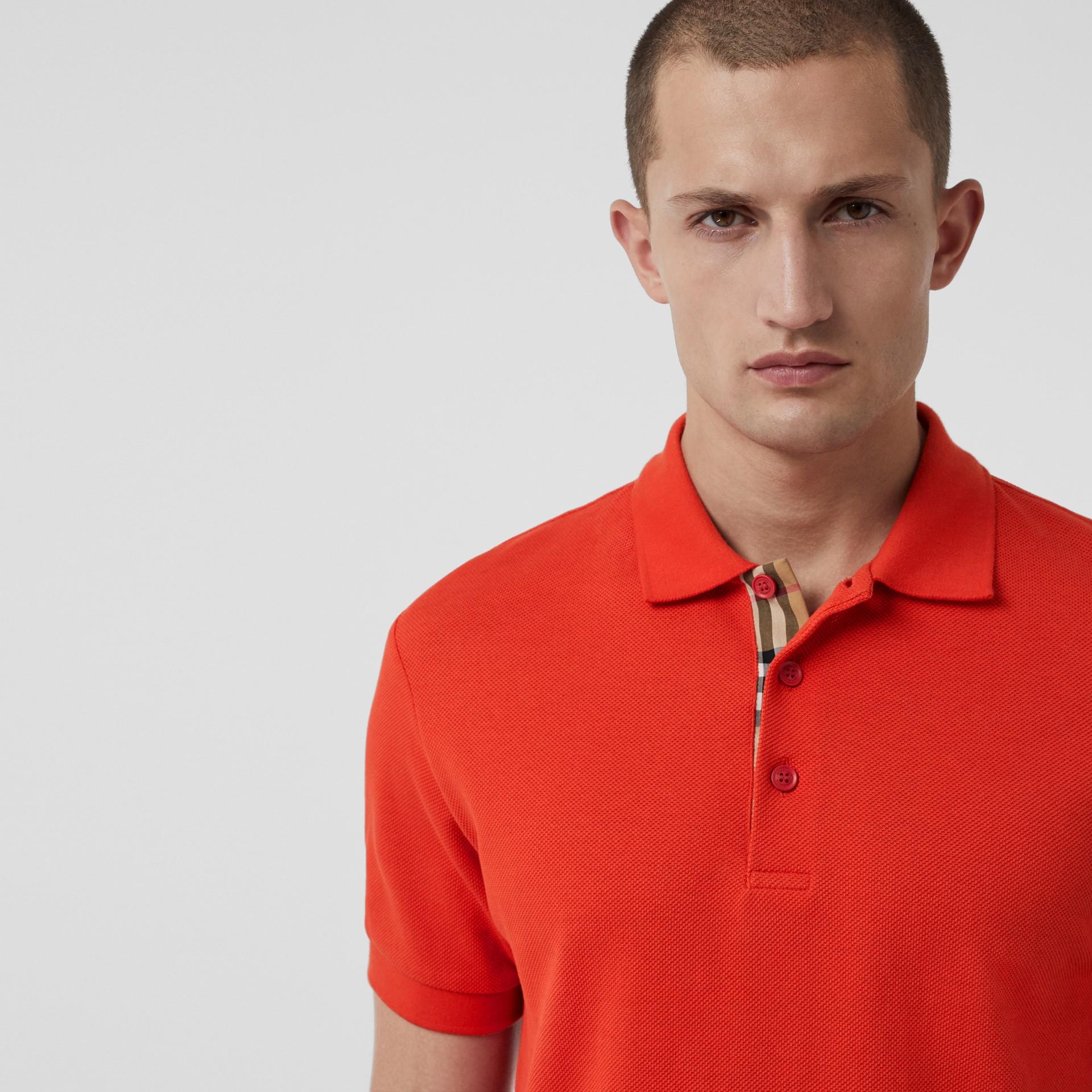 Polo en coton avec détail check (Rouge Vif) - Homme | Burberry Canada - photo de la galerie 1