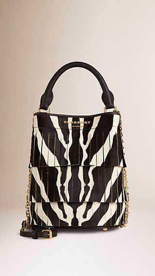 Die Tasche Burberry Small Bucket mit Fransen aus Kalbfell in Animal Print