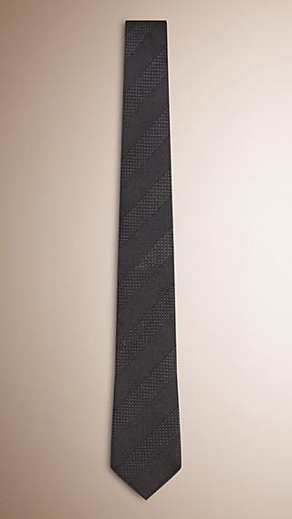 Modern geschnittene Krawatte aus Seidenjacquard mit Streifenmuster