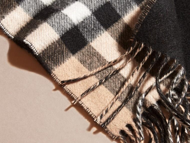 Cammello/nero Sciarpa double face sottile in cashmere con motivo check Cammello/nero - cell image 1