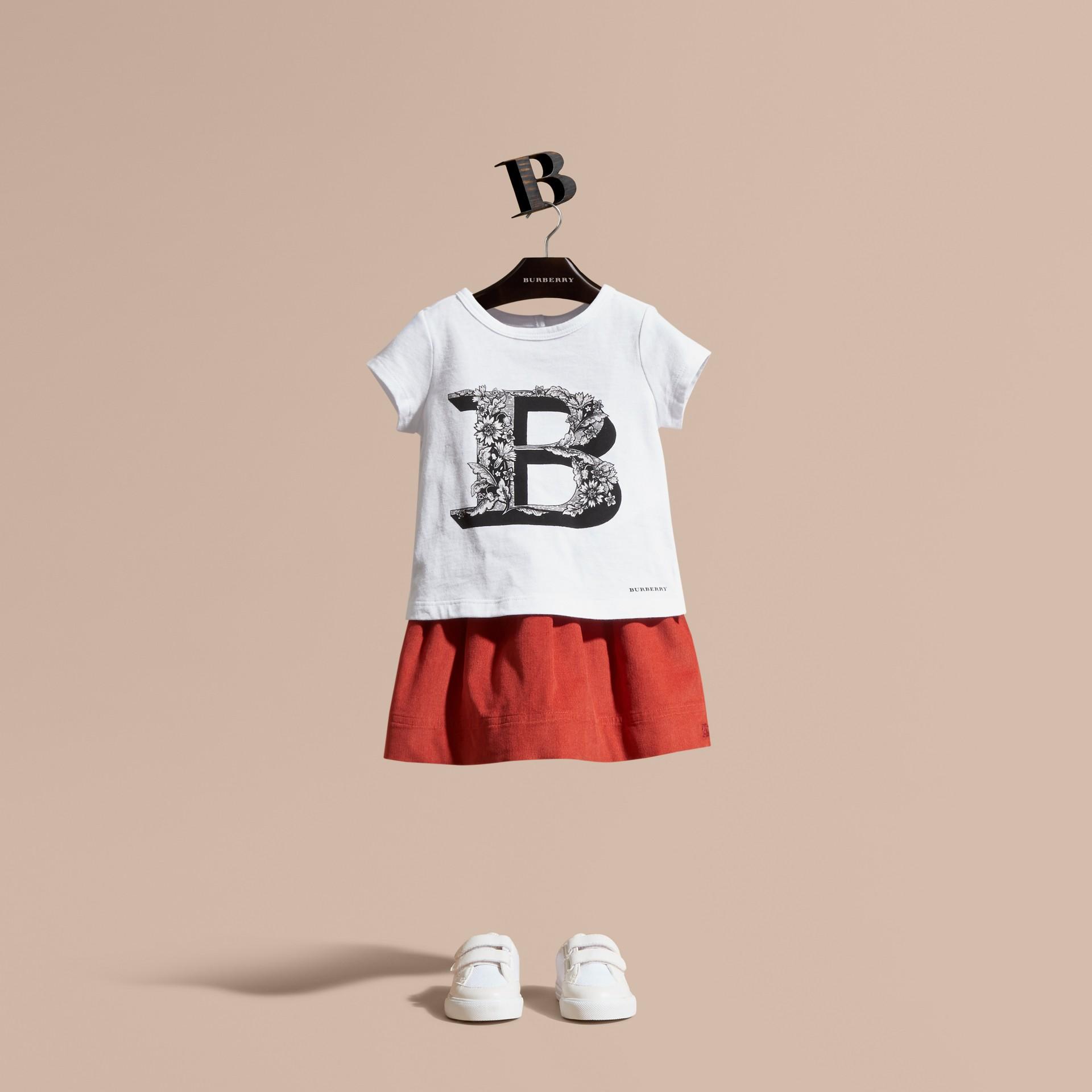 Rosa ceniza pálido Camiseta en algodón con motivo de letra ornamental - imagen de la galería 1