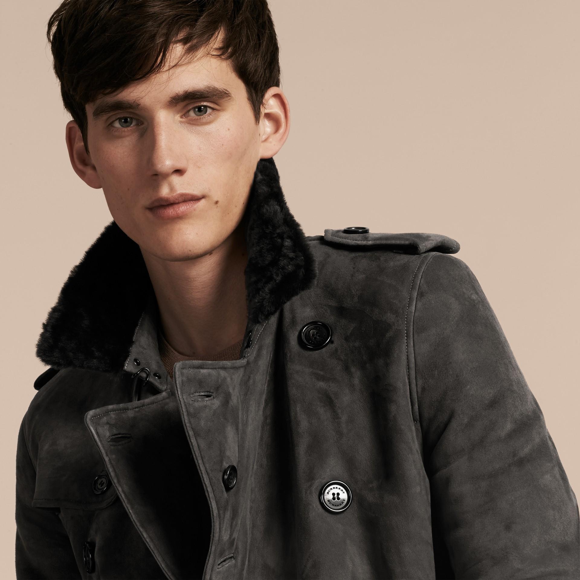 Nero fumo Trench coat in shearling - immagine della galleria 5