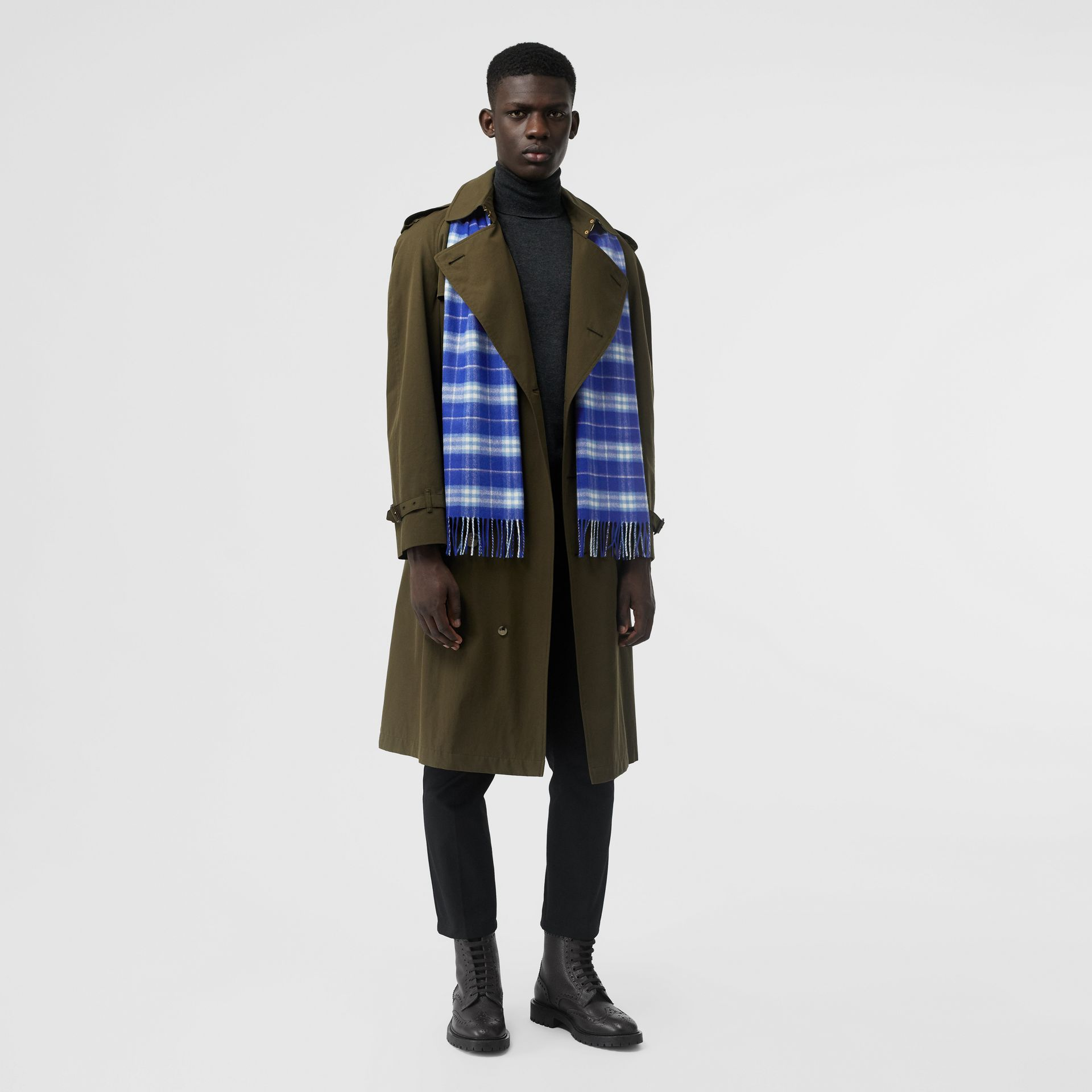The Classic Vintage Check Cashmere Scarf in Bright Lapis | Burberry United States - gallery image 3