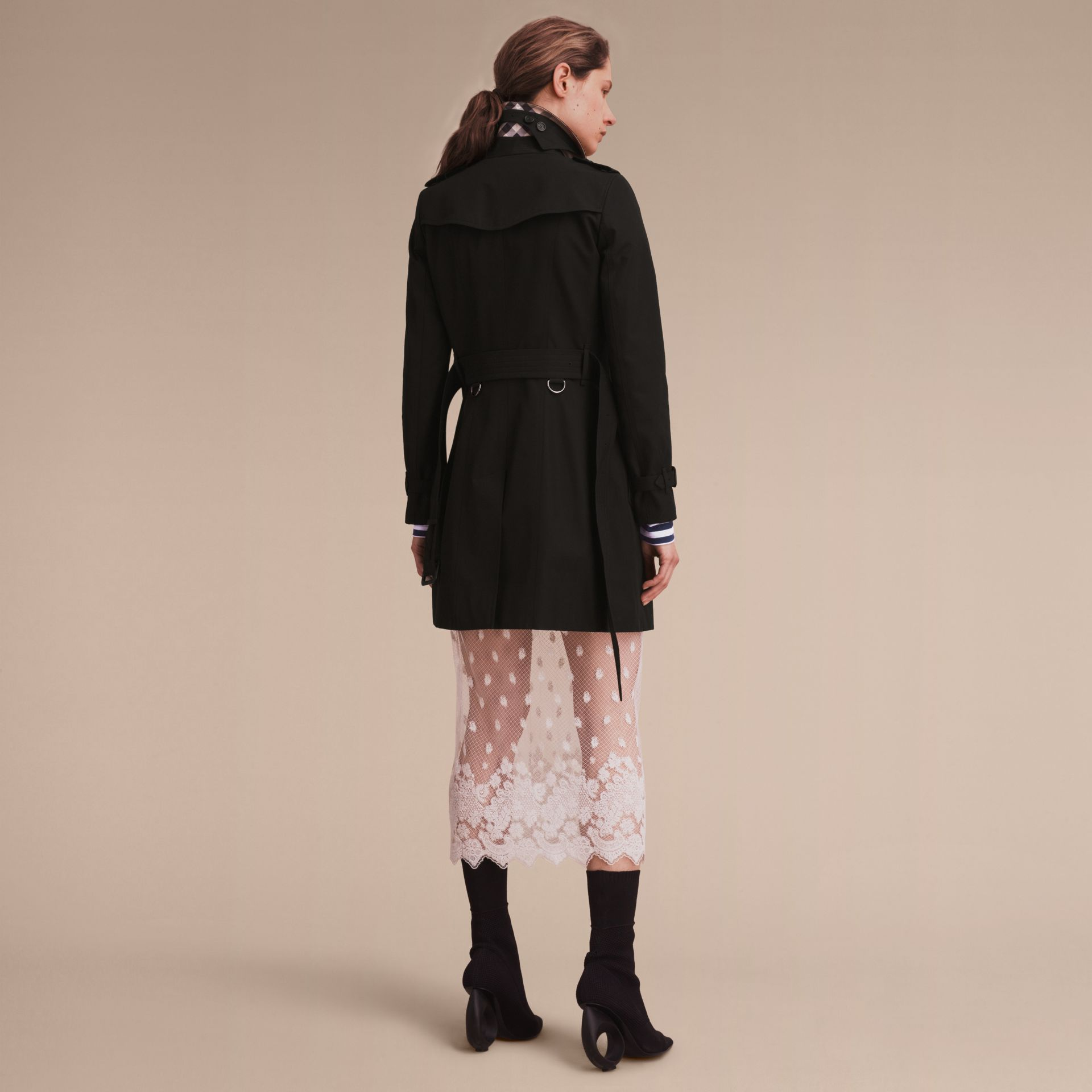 The Chelsea - Trench coat Heritage medio (Nero) - Donna | Burberry - immagine della galleria 3
