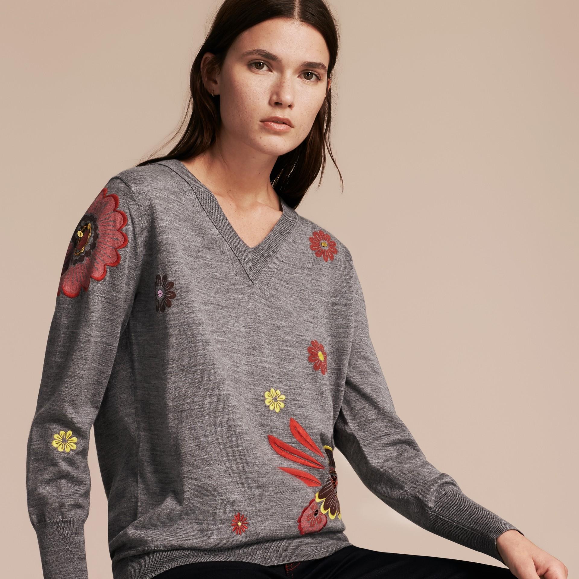 Grigio medio mélange Pullover in lana Merino con scollo a V e decorazione floreale - immagine della galleria 6